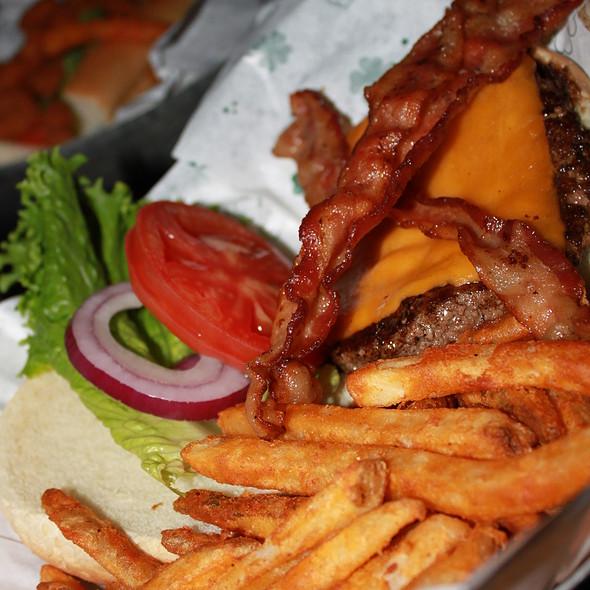 Pat O's Courtyard Cheeseburger - JIMMY BUFFETT'S MARGARITAVILLE at Universal CityWalk, Orlando, FL