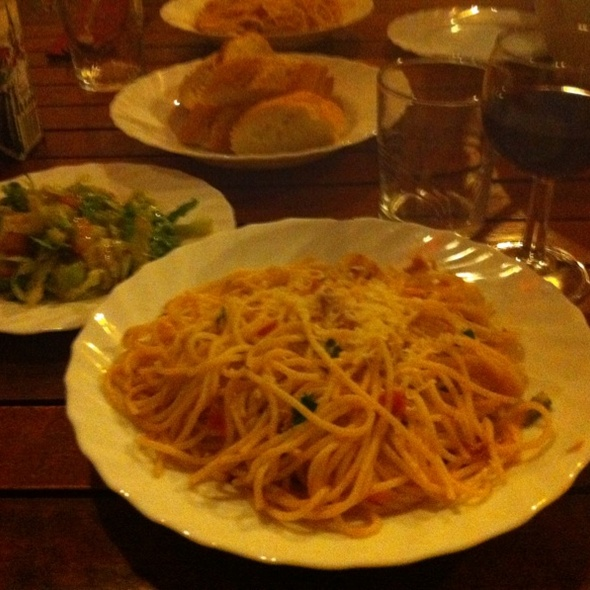 Spagetti With Tomato, Basil And Chilli With Salat & Bread @ HUT