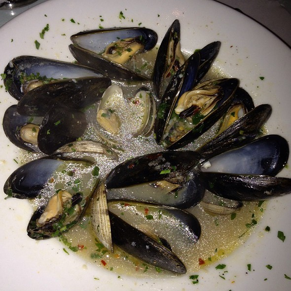 Clams And Muscles In White Wine And Garlic Broth - La Vecchia Cucina, Santa Monica, CA