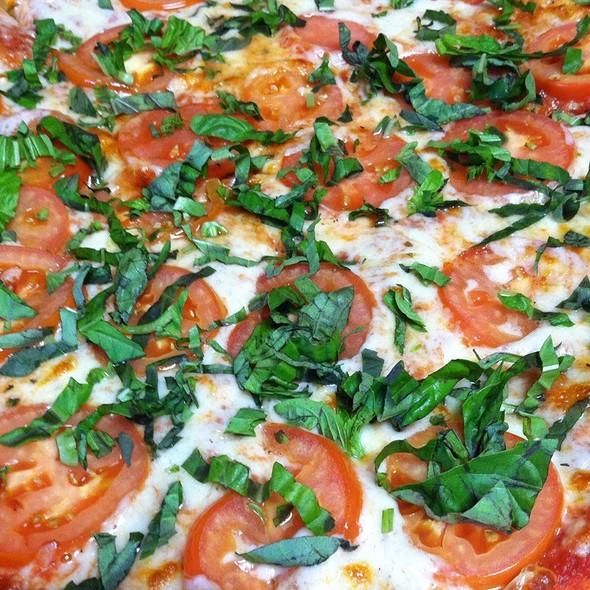 The Classic Margarita Pizza - Fratelli's Ristorante Italiano & Pizzeria, Montrose, CA