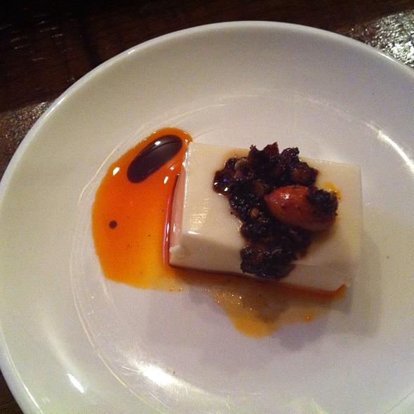 お豆腐、食べる辣油、アーモンドのせ。 @ 馬車道タップルーム bashamichi taproom
