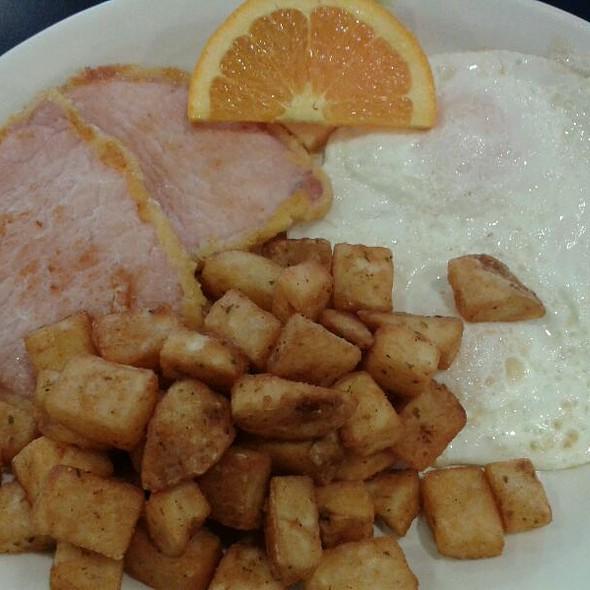 Eggs And Peameal Bacon Breakfast @ Daybreak