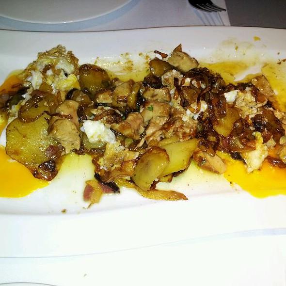 Huevos fritos Con Patatas Y Foie @ Cañadio