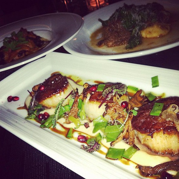 last night myself and 2 friends agreed these pan-seared #scallops with chanterelle mushrooms and pomegranate tasted phenomenal. normally i don't even really like scallops or mushrooms! @ Private Social