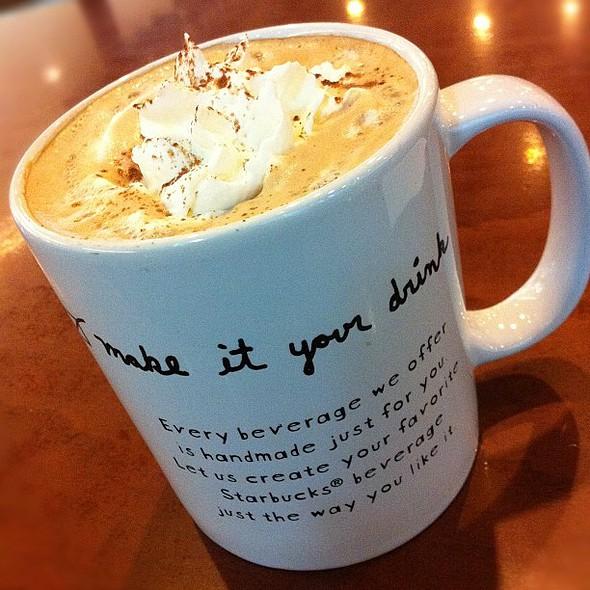 มอคค่าร้อนอุ๊ยตาย ปิดมื้อเที่ยง #hot #mocca #grande #whipcream #starbucks #coffee @ Starbucks