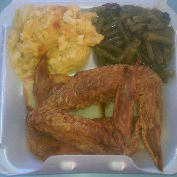 Fried Turkey Wings With MacNCheese And String Beans @ Saudia Shuler's Country Cookin'