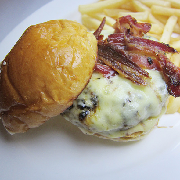 Union Burger, Bacon, Aged Cheddar, Fries with Foie Gras @ UNION