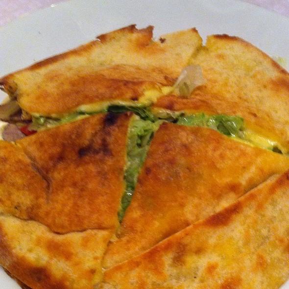 Beirute De Rosbife, Queijo Prato, Tomate E Pickles