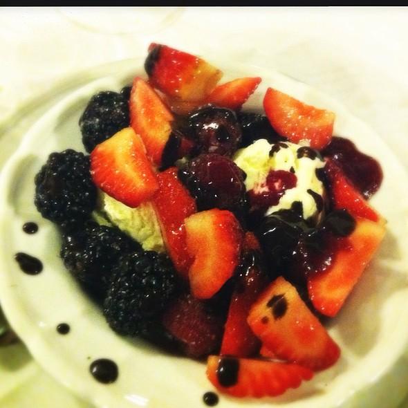 Gelato Di Vaniglia Con Frutti Di Bosco E Cioccolata