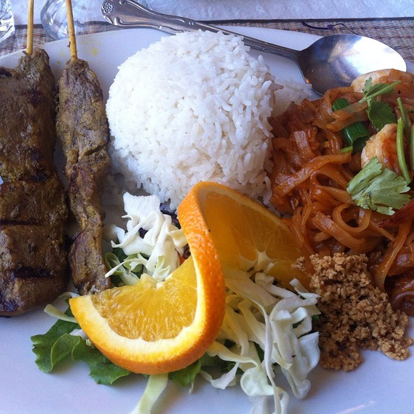 Lunch Combo: Beef Satay & Pad Thai @ Thai Satay Restaurant