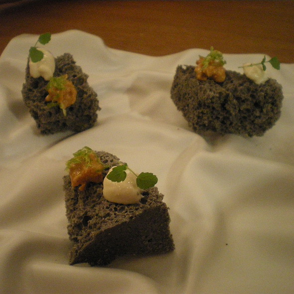 Choco air de chocolate blanco y sésamo negro, con yuzu y crema de pasión @ Tickets