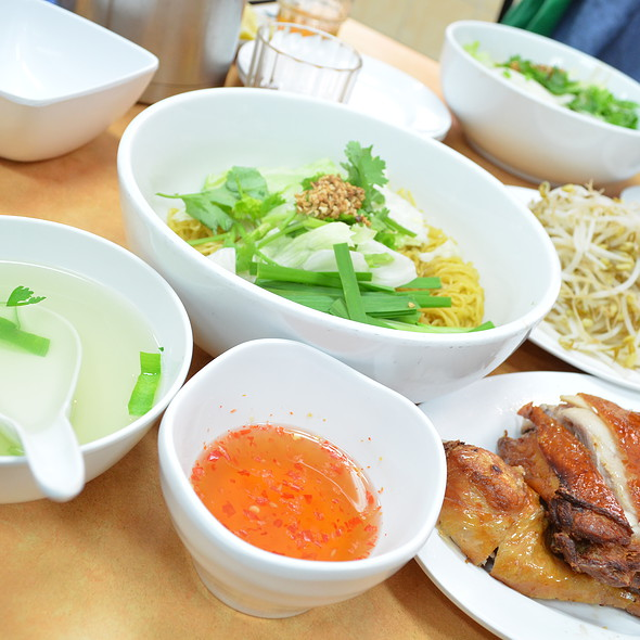 Crispy Skin Chicken With Egg Noodle (dry)