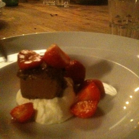 Chocolade Parfait Met Aardbeien & Geslagen Room