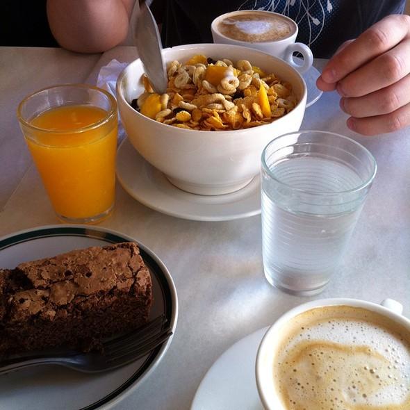 Yogur De Maracuya Con Cereales, Pasas De Uva Y Mango, Brownie De Chocolate @ Cafe Crespin