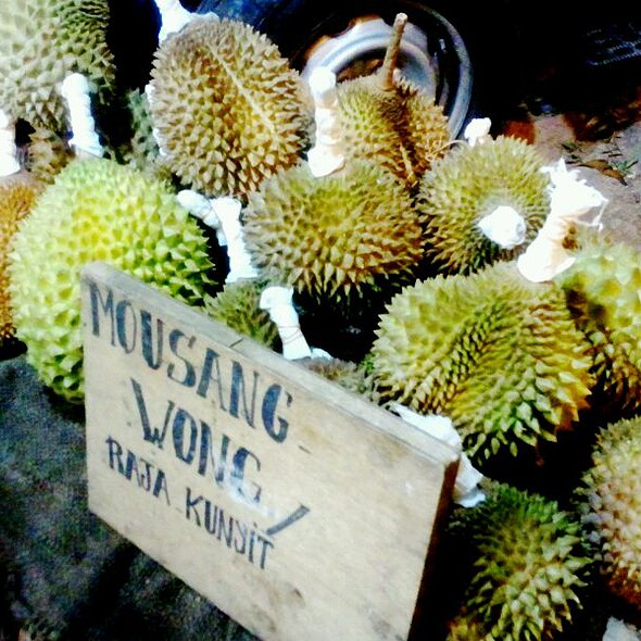 Durian 猫山王 @ Durian stall