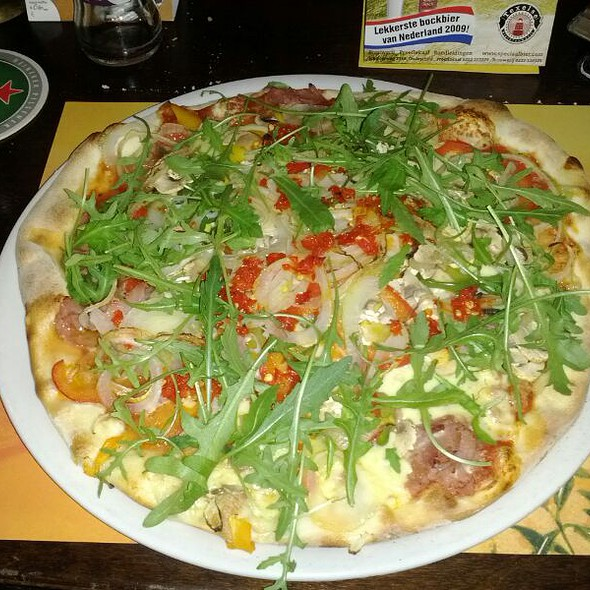 pizza peperoni e capperi @ Pizzaria Italia