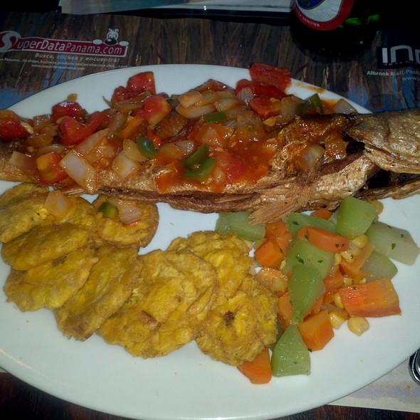 Pescao frito con patacones @ Mi ranchito