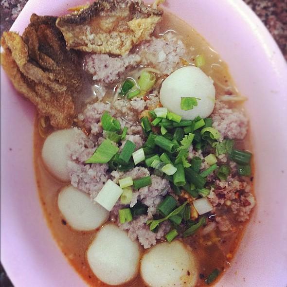 ทาา ดาา .......... ^^  #spicy #noodle #fishball #mincedpork #bangkok @ ก๋วยเตี๋ยวหมูรุ่งเรือง (ร้านเล็ก) - สุขุมวิท 26