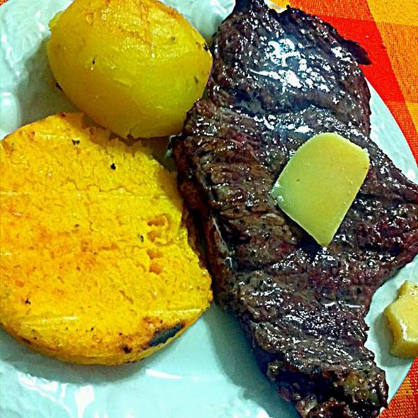 Cheesse steak y tortilla panameña @ Samudio´s Grill