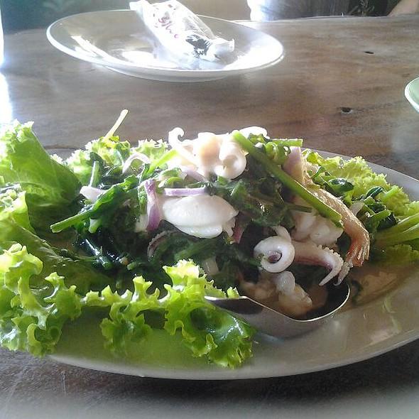 ยำผักกูด ทะเล  Vegetable Fern Salad With Sea Food @ ร้านอาหารชาวเรือ