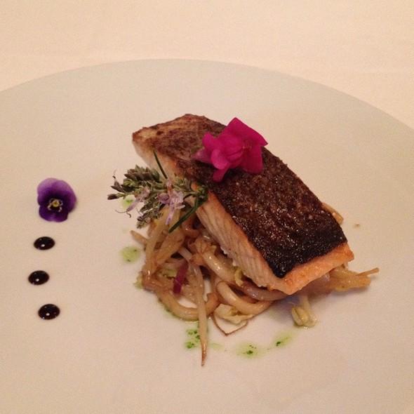 Salmon De Alaska Plancha Nodels, Verduritas Y Su Jugo Con Perfume De Kion. @ Antigua