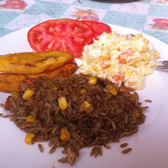 Chofan Casero De Pollo, Ensalada Rusa, Tomate Y Fritos Maduros @ Chez Bocatips