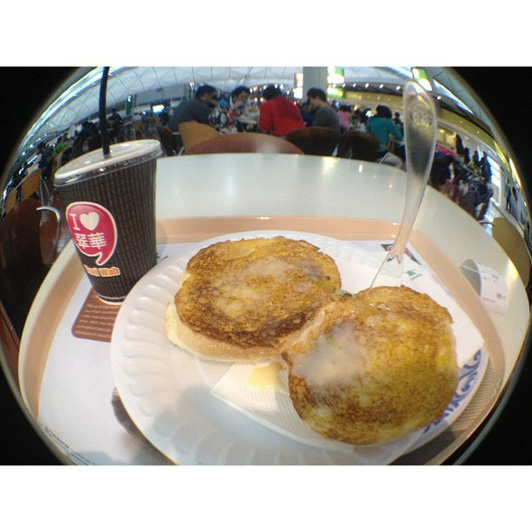 em's trip foodporn #1- if you are ever in hong kong airport, try the tsui wah's iced milk tea and deep fried bread with condense milk. a hongker's fav and mine too! #hongkong #m2012triphome #mobilephotography #fisheye #airport  porn #sydneycommunity @ Tsui Wah Eatery