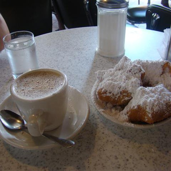 Beignets And Chicory Coffee @ Cafe Du Monde Coffee Stand: French Market
