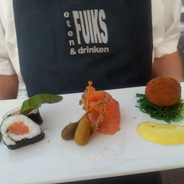 Bitterbal van makreel, gemarineerde zalm, sushi en creme van Piccalilly @ Fuiks Eten & Drinken