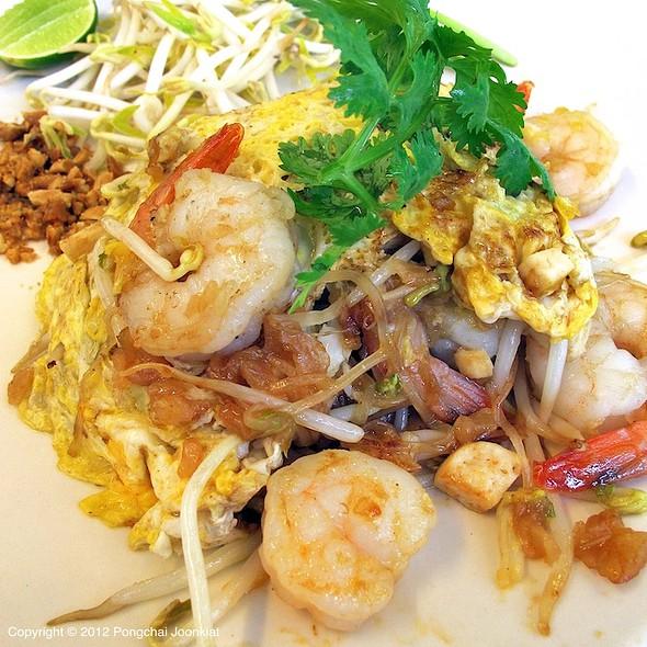 shrimp pad thai @ Bhan Kuay Tiew (บ้านก๋วยเตี๋ยว)