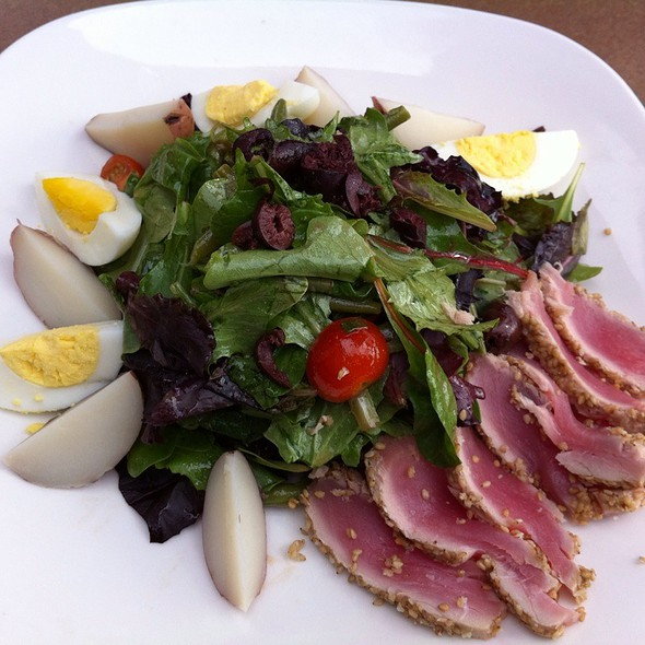 Salad Nicoise @ Gladstone's Long Beach