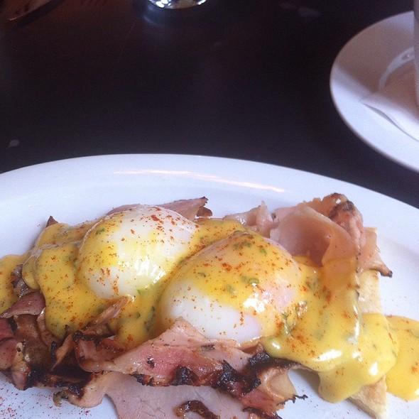 Eggs Benedict @ Malconis