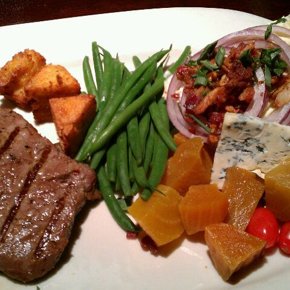 Prime Steak & Wedge Salad @ Houlihans