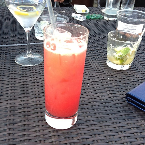 Strawberry Lemonade Spritzer @ Lake Chalet Seafood Bar & Grill