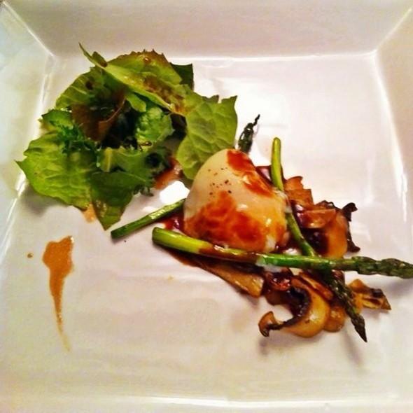 Menú Degustación: Ensalada De Lechugas Del Huerto En Vinagreta De Balsámico Y Trufas, Salteado De Hongos, Espárragos Y Flor De Ajo Con Un Huevo Cocido Al Vacío
