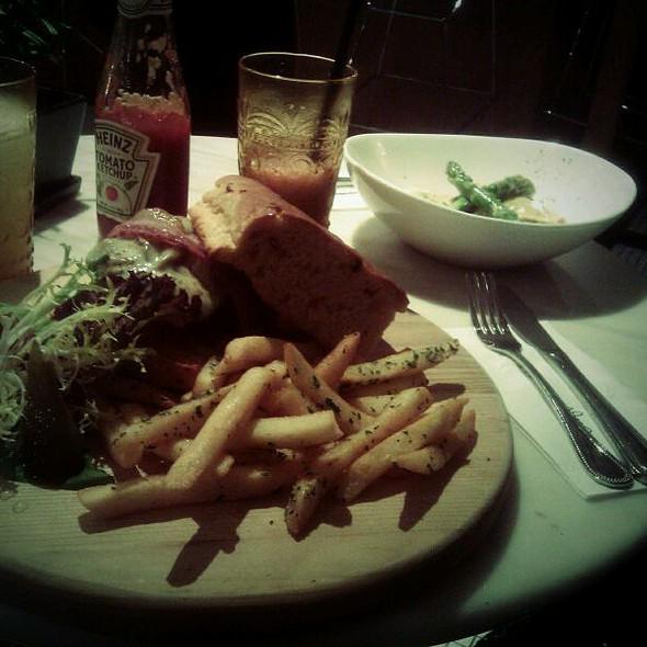 Burger @ Caffe Habitu the table