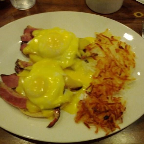 Pastrami Eggs Benedict @ Nate-N-Al Delicatessen