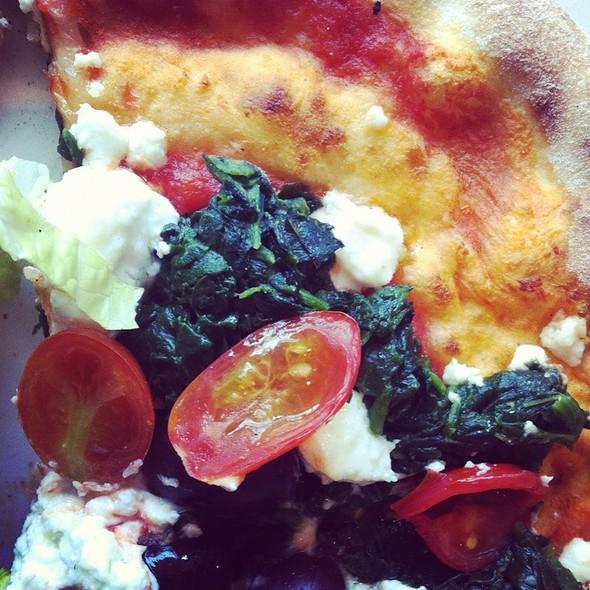 Pizza Chèvre, Tomates, Épinards & Olives @ Chez Carl