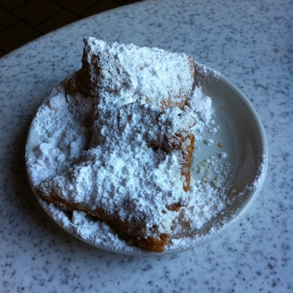 Beignets @ Cafe Du Monde Coffee Stand: French Market