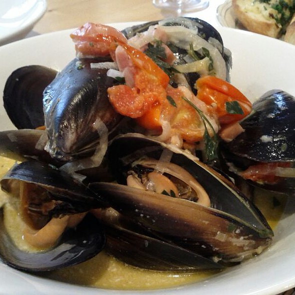 Mussels In White Wine And Cream Broth @ Home