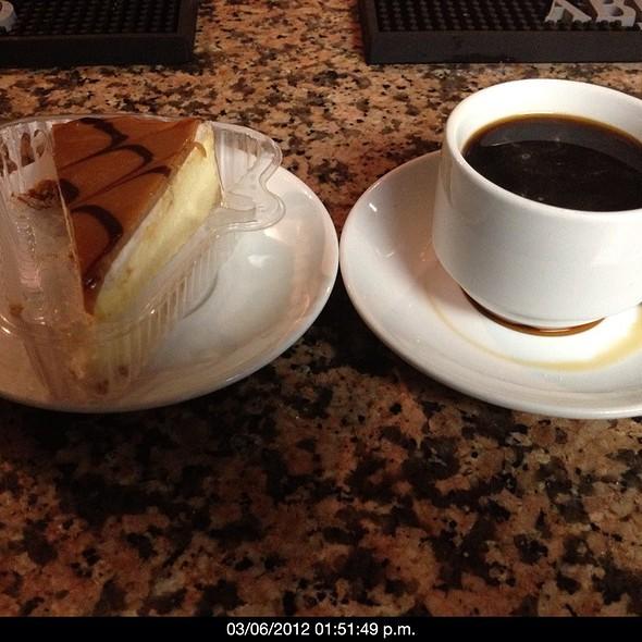 Cheesecake De Dulce De Leche Acompañado De Café