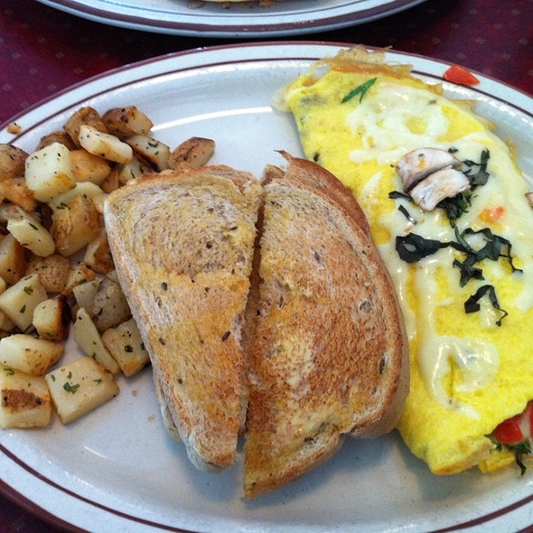 Veggie Omelet With Peasant Potatoes @ Le Peep