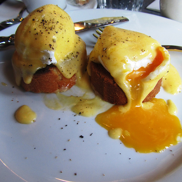 Eggs Benedict @ Aubaine