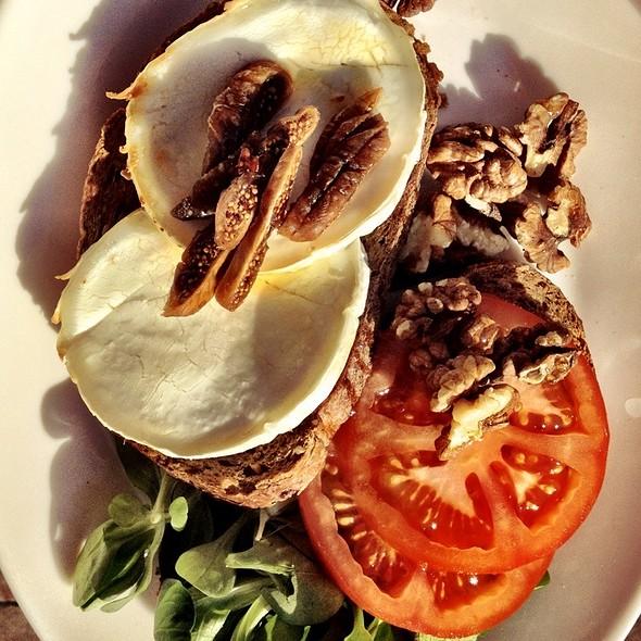Landbrood Geitenkaas / Dark Bread Sandwich Goatcheese @ Festina Lente