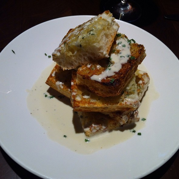 Garlic Bread With Blue Cheese Fondue at Michael Jordan Steakhouae