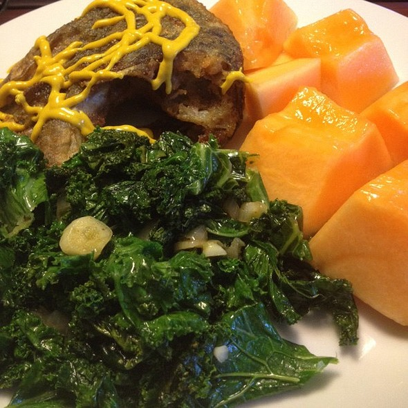 it was too hot to turn on the oven today. fried tilapia with cantalope and sauté kale with fresh garlic and white onions porn  #iphoneography @ Dee's Kitchen at the Crib
