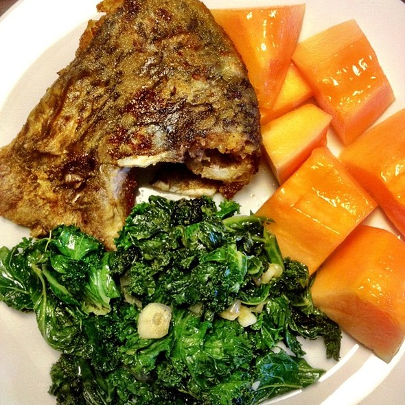 full view of tilapia, sauté kale w onions/garlic and cantalopes #fruit porn  #fish ies #iphoneography @ Dee's Kitchen at the Crib