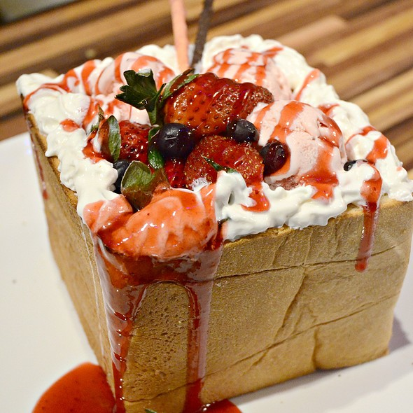 Strawberry Honey Toast Box @ Wing's Kitchen