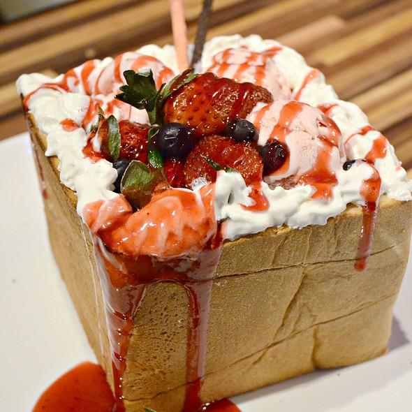 Strawberry Honey Toast Box @ Wing's Kitchen