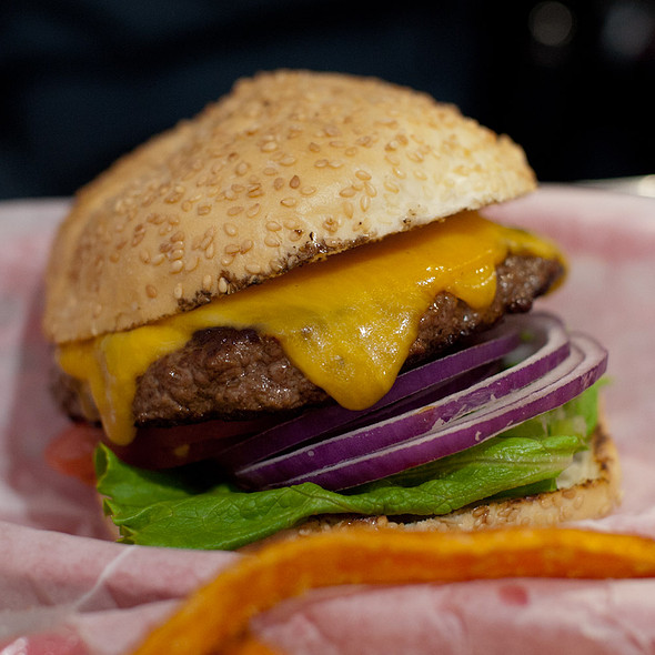 Cheeseburger @ Pearl's Deluxe Burgers
